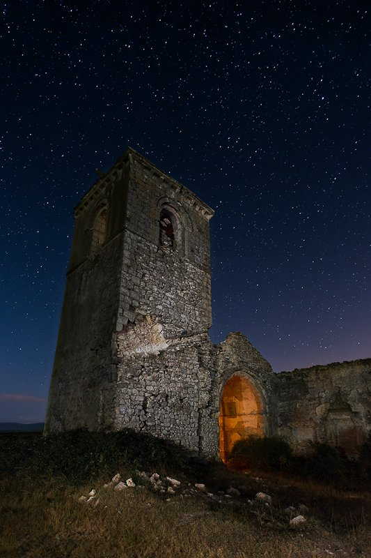 Fotografia nocturna. La iglesia quemada. Iluminación cenital.