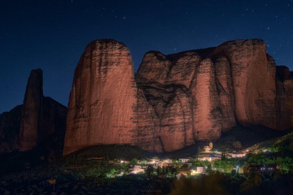 Fotografía nocturna de los Mallos de Riglos. Javier Rosano