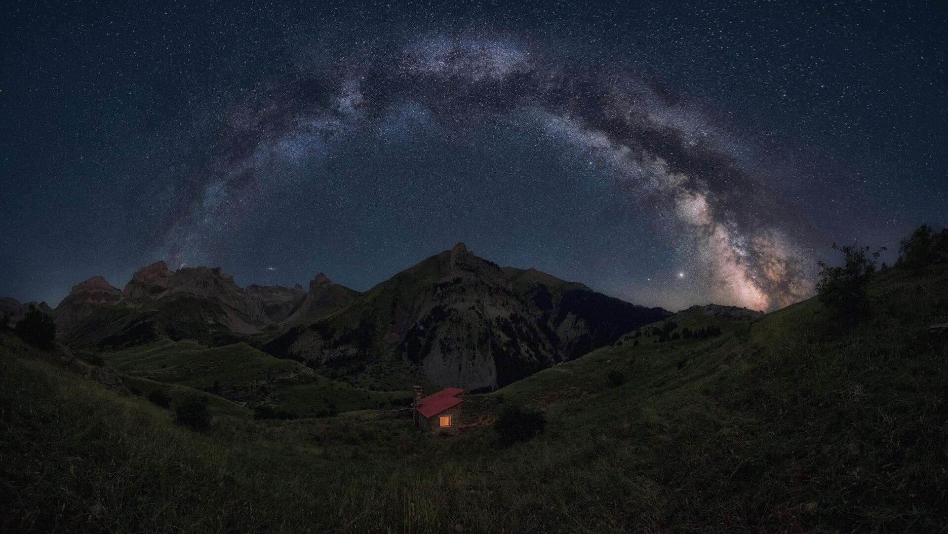 Fotografía nocturna de la Vía Láctea en los Pirineos