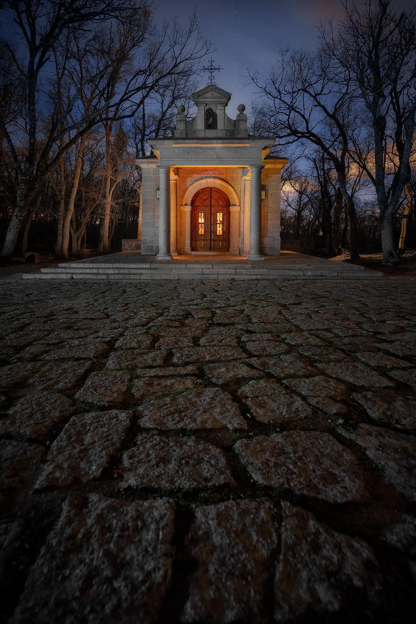 Fotografía nocturna de una ermita
